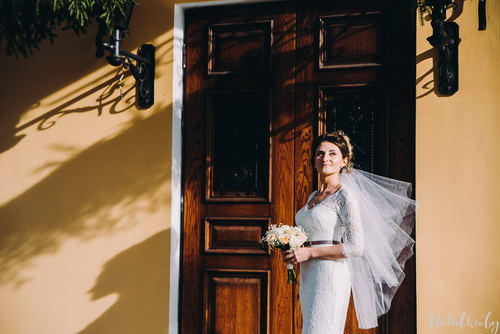Невеста возле входа на главную