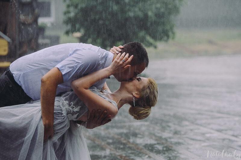 Свадебная фотография в дождь