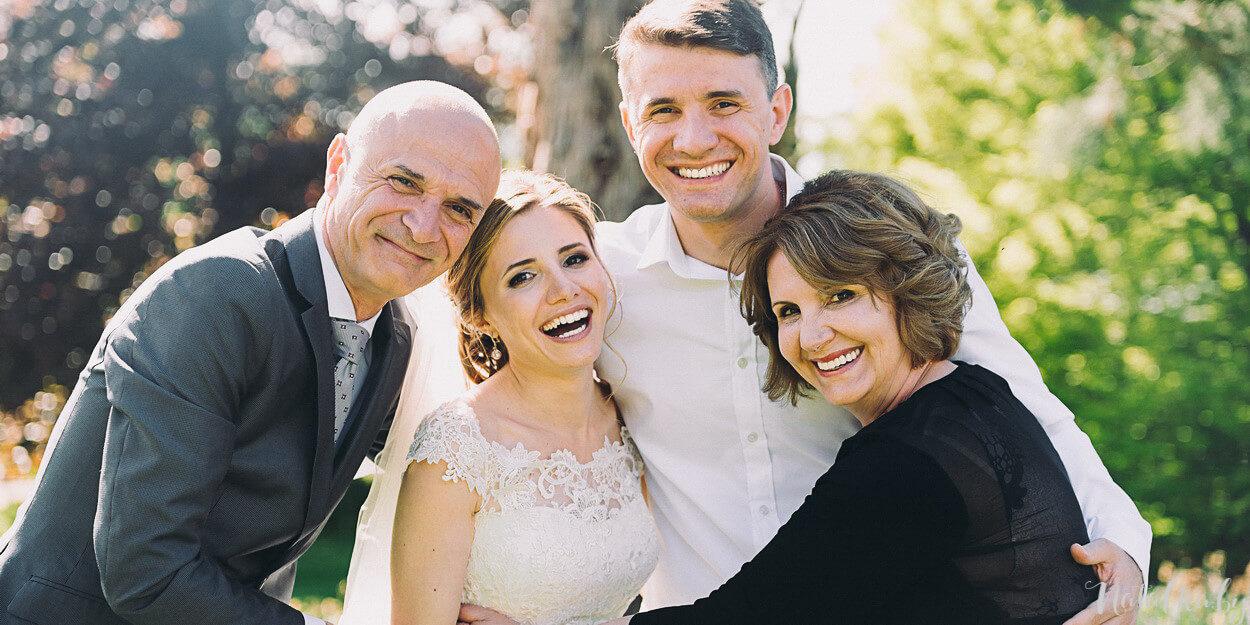 Счастливая семья на свадьбе